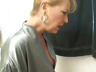 Deux belles salopes s amusent au toilette by Clessemperor