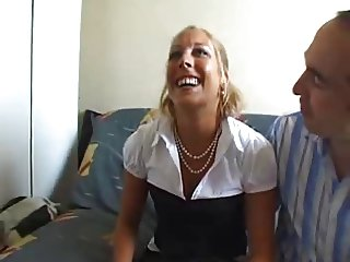 caroline baisee devant son mari